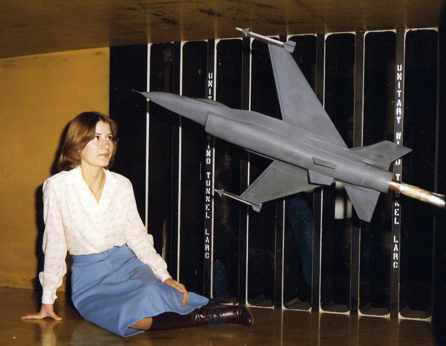 general_dynamics_F-16_SFW_swept_forward_